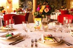 Table décorée, vases de fleurs Fin vers le haut Proue d'étoile bleue avec la bande bleue (enveloppe de cadeau) sur le fond blanc Photos libres de droits