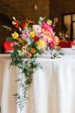 Table décorée, vases de fleurs Fin vers le haut Proue d'étoile bleue avec la bande bleue (enveloppe de cadeau) sur le fond blanc Image libre de droits