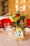 Table décorée, vases de fleurs Fin vers le haut Proue d'étoile bleue avec la bande bleue (enveloppe de cadeau) sur le fond blanc Photo stock
