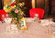 Table décorée, vases de fleurs Fin vers le haut Proue d'étoile bleue avec la bande bleue (enveloppe de cadeau) sur le fond blanc Image stock