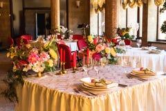 Table décorée, vases de fleurs Fin vers le haut Proue d'étoile bleue avec la bande bleue (enveloppe de cadeau) sur le fond blanc Photos stock