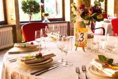 Table décorée, vases de fleurs Fin vers le haut Proue d'étoile bleue avec la bande bleue (enveloppe de cadeau) sur le fond blanc Photo libre de droits