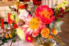 Table décorée, vases de fleurs Fin vers le haut Proue d'étoile bleue avec la bande bleue (enveloppe de cadeau) sur le fond blanc Images libres de droits