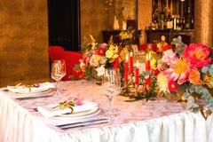 Table décorée, vases de fleurs Fin vers le haut Proue d'étoile bleue avec la bande bleue (enveloppe de cadeau) sur le fond blanc Images stock