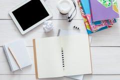 Table d'étudiant avec le fond de comprimé et de journal intime Image stock