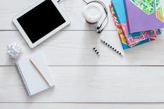 Table d'étudiant avec le fond de comprimé et de journal intime Images libres de droits