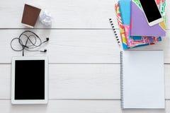 Table d'étudiant avec le fond de comprimé et de smartphone Photographie stock libre de droits
