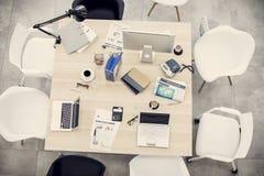 Table d'affaires dans le bureau Images stock