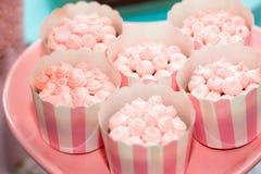 Table d'anniversaire avec des bonbons pour la partie d'enfants images libres de droits