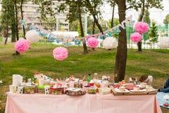 Table d'anniversaire en parc Photos stock