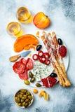 Table d'apéritifs avec les casse-croûte et le vin d'antipasti en verres Plateau espagnol traditionnel authentique de tapas ensemb images libres de droits