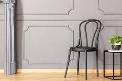 Table d'extrémité de marbre en bois noire de chaise et en métal avec le vert frais p images stock