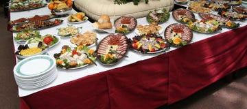 Table d'hôtel complètement de nourriture savoureuse Image libre de droits