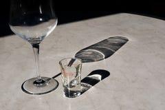 Table d'imitation de marbre en plastique dans la terrasse de restaurant après dîner avec le verre de vin vide et l'ouzo vide de G photos libres de droits