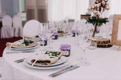 Table d'invité, avec le bouquet du coton et le cadre avec le nombre Photos libres de droits