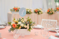 Table d'invité de mariage décorée du bouquet et des arrangements Images stock