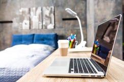 table d'ordinateur portatif en bois Image libre de droits