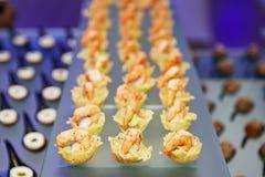 Table de banquet de approvisionnement admirablement décorée avec la nourriture différente Photo libre de droits