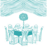 Table de banquet avec des chaises Images stock