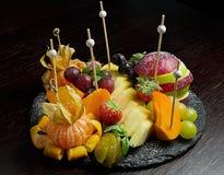 Table de banquet de approvisionnement décorée avec différent Image stock