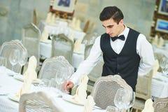 Table de banquet de portion d'homme de serveur au restaurant photographie stock