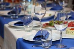 Table de banquet de portion dans un restaurant dans le style bleu et blanc image stock