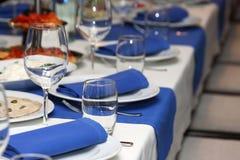 Table de banquet de portion dans un restaurant dans le style bleu et blanc images stock