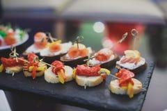 Table de banquet de restauration avec différents casse-croûte et apéritifs de nourriture sur l'événement d'entreprise de fête d'a photographie stock libre de droits