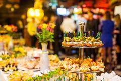 Table de banquet de restauration, Canapes sur la table de restaurant, restauration, b Images stock