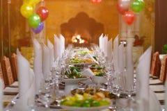 Table de banquet près de la cheminée Photos stock