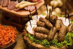 Table de banquet de restauration avec différents casse-croûte et apéritifs de nourriture photo stock