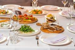 Table de banquet servie avec des salades et les apéritifs froids Photo stock