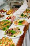 Table de banquet servie avec le canape images libres de droits