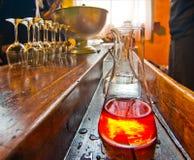 Table de barre avec la bouteille de boisson alcoolisée alcoolique Photo libre de droits