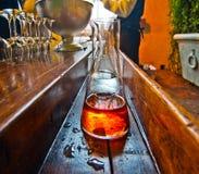 Table de barre avec la bouteille de boisson alcoolisée alcoolique Image libre de droits