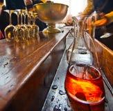 Table de barre avec la bouteille de boisson alcoolisée alcoolique Photo stock
