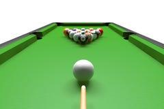 Table de billard avec des boules réglées et des queues Image stock