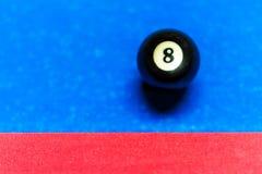 Table de billard avec la huit-boule à côté du coussin Image libre de droits