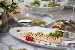 Table de buffet de réception avec les casse-croûte froids, viande, salades photos stock
