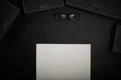 Table de bureau avec des accessoires Photos libres de droits