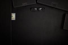 Table de bureau avec des accessoires Photographie stock libre de droits