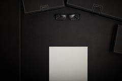 Table de bureau avec des accessoires Images libres de droits