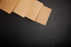 Table de bureau avec des accessoires Photo stock