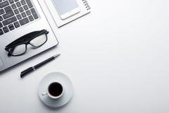 Table de bureau avec des approvisionnements Lieu de travail et objets plats d'affaires de configuration Vue supérieure Copiez l'e Image libre de droits