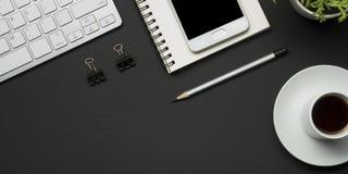 Table de bureau avec des approvisionnements Lieu de travail et objets plats d'affaires de configuration Vue supérieure Copiez l'e Photographie stock