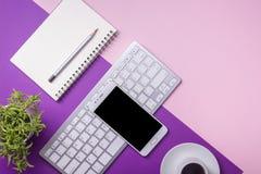 Table de bureau avec des approvisionnements Lieu de travail et objets plats d'affaires de configuration Vue supérieure Copiez l'e Photos libres de droits