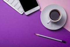 Table de bureau avec des approvisionnements Lieu de travail et objets plats d'affaires de configuration Vue supérieure Copiez l'e Image stock