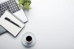 Table de bureau avec des approvisionnements Lieu de travail et objets plats d'affaires de configuration Vue supérieure Copiez l'e Photographie stock libre de droits