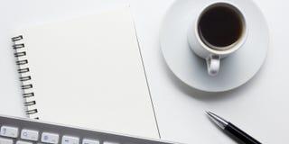 Table de bureau avec des approvisionnements Lieu de travail et objets plats d'affaires de configuration Vue supérieure Copiez l'e Images libres de droits