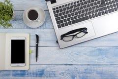 Table de bureau avec des approvisionnements Vue supérieure Copiez l'espace pour le texte Photos stock